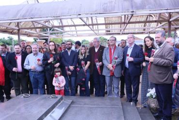 Ciro Gomes e Jairo Jorge prestam homenagem no Mausoléu da família Goulart
